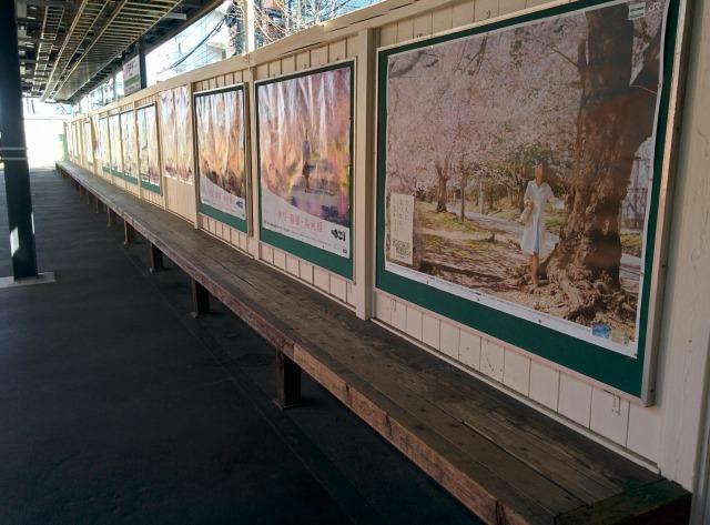 東中神駅の木製ベンチ
