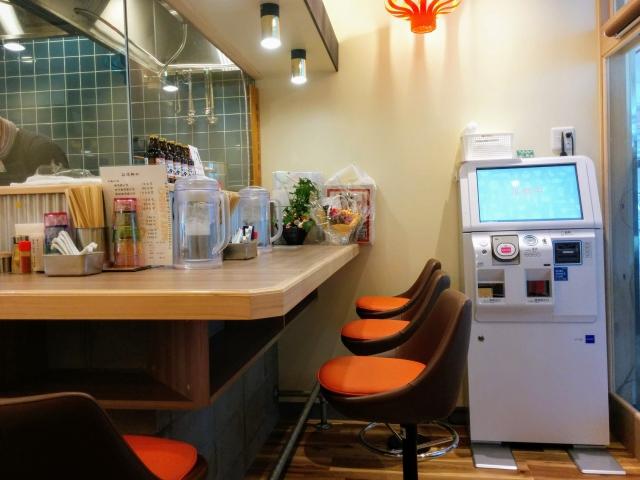 中華そばムタヒロ拝島駅店の厨房の食券販売機